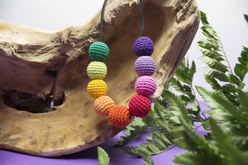 Collana da allattamento in legno naturale e perle ricoperte con lavorazione a tricot arcobaleno