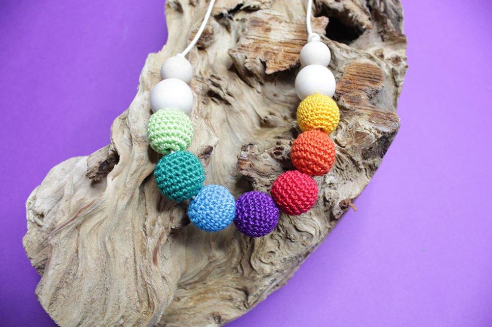 Collana da allattamento in legno naturale e lavorazione con filato nei colori arcobaleno