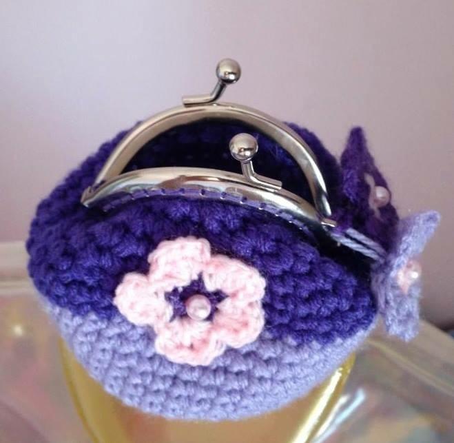 Portamonete in lana viola con fiorellino e perline