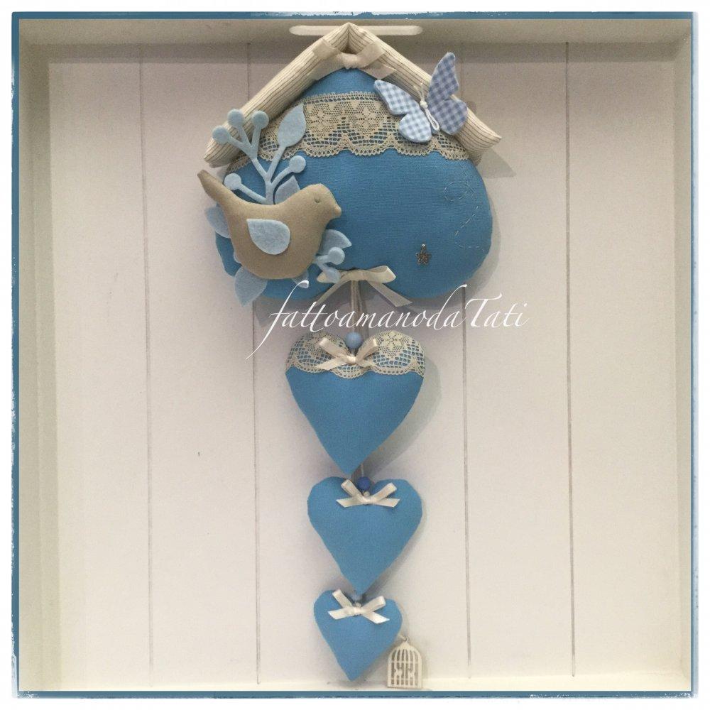Fiocco nascita casetta in cotone color ceruleo con uccellino, farfalla e 3 cuori sui toni cerulei beige