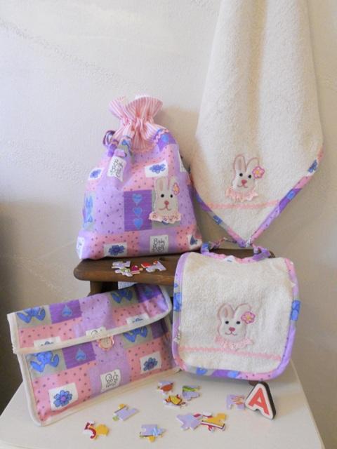 Set asilo: sacca, bavaglio, portabavaglio e asciugamano con coniglietta